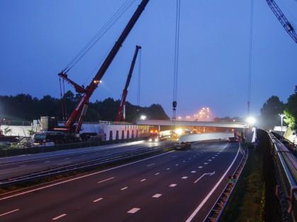 Timelapse bouw en realisatie Natuurbrug Laarderhoogt A1, plaatsing liggers